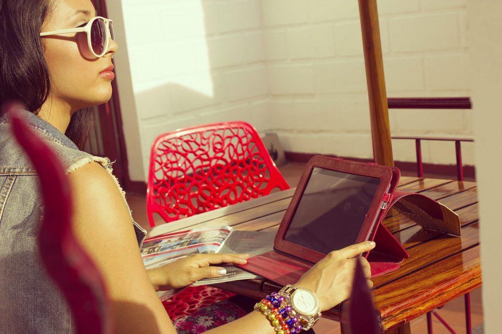 kobieta w super modnych okularach